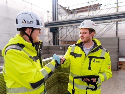 """Sebastian (links) und Fabian Rupp (rechts) haben große Pläne: """"Wir möchten durch selbstentwickelte und nachhaltig gestaltete Gebäude der Komplettanbieter für 3D-gedruckte Häuser werden und das 3D-Druckverfahren in Deutschland und Europa als sichere, günstige, schnelle und ökologisch sinnvolle Bauweise etablieren."""""""